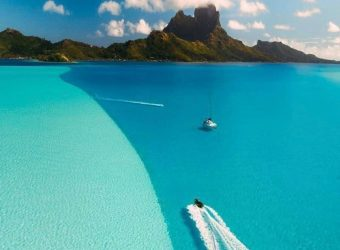 Beautiful Land White Sand Beach just beside the St Regis 5 * hôtel Bora Bora